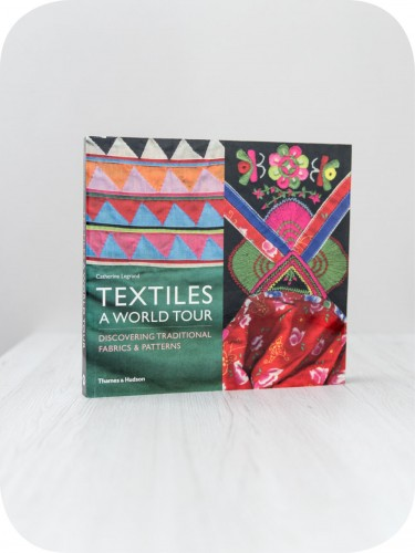 Textiles: A World Tour  / Discovering Traditional Fabrics & Patterns